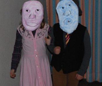 Klasse 4 führt ein Maskenspiel auf