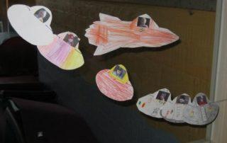 Die ganze Klasse fliegt mit ins Weltall.
